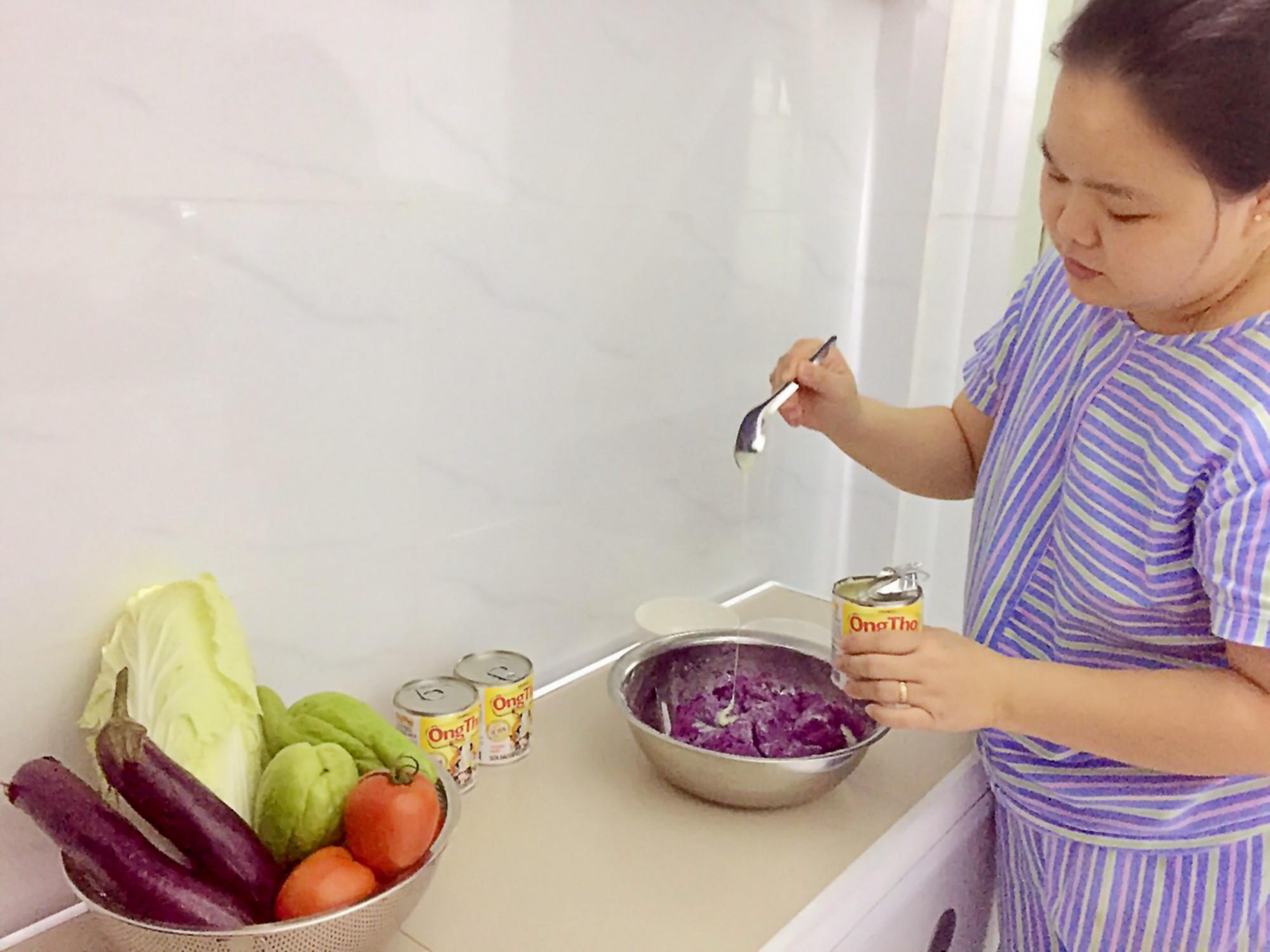 Chị Bảo Ngọc (TPHCM) trổ tài làm món bánh khoai lang tím cho gia đình với sữa đặc Ông Thọ - Ảnh: Vinamilk