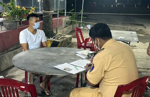Lực lượng chức năng huyện Hàm Tân lấy lời khai tài xế xe tải đông lạnh Lê Văn Tuấn.