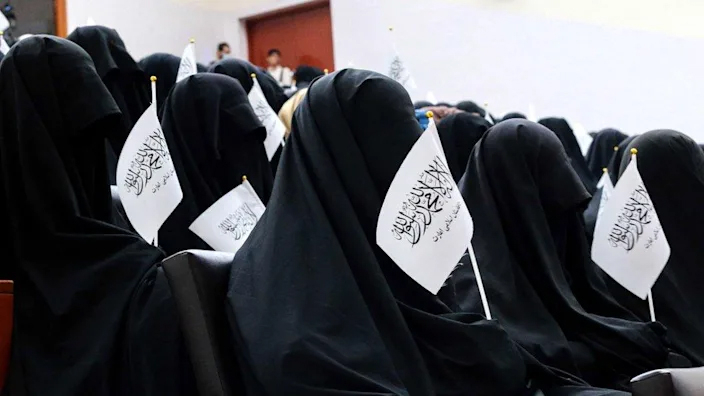 Nữ sinh viên Afghanistan mặc toàn đồ đen trong cuộc biểu tình ủng hộ Taliban tại một trường đại học ở Kabul - Ảnh: BBC/Getty Images