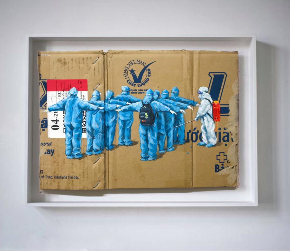 Tác phẩm 'Lực lượng tình nguyện' là hình ảnh các tình nguyện viên đang được xịt khuẩn để lên đường hộ trợ chống dịch ở phường Linh Trung, Thủ Đức
