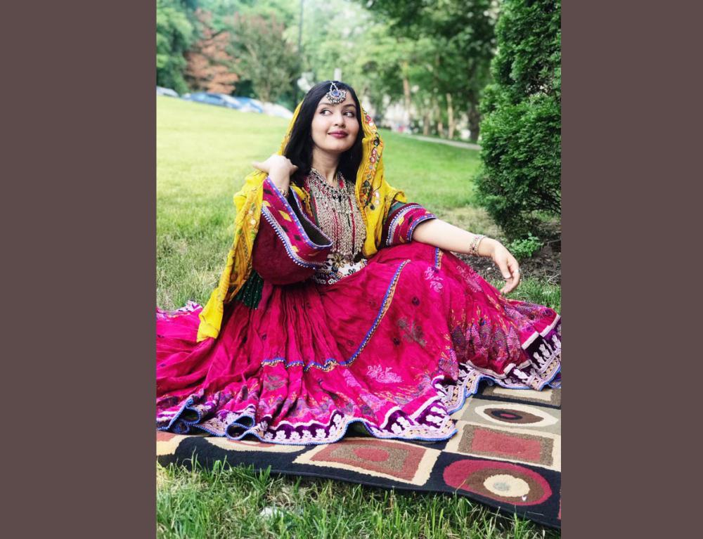 Đây là chiếc váy đích thực của Afghanistan. Phụ nữ Afghanistan mặc trang phục sặc sỡ và giản dị như vậy. Áo choàng đen chưa bao giờ là một phần của văn hóa Afghanistan - Ảnh: Twitter Spozhmay Maseed
