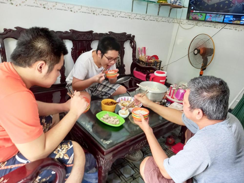 Bữa cơm trưa của các con anh Đấu thiếu vắng hai người là ông nội và mẹ