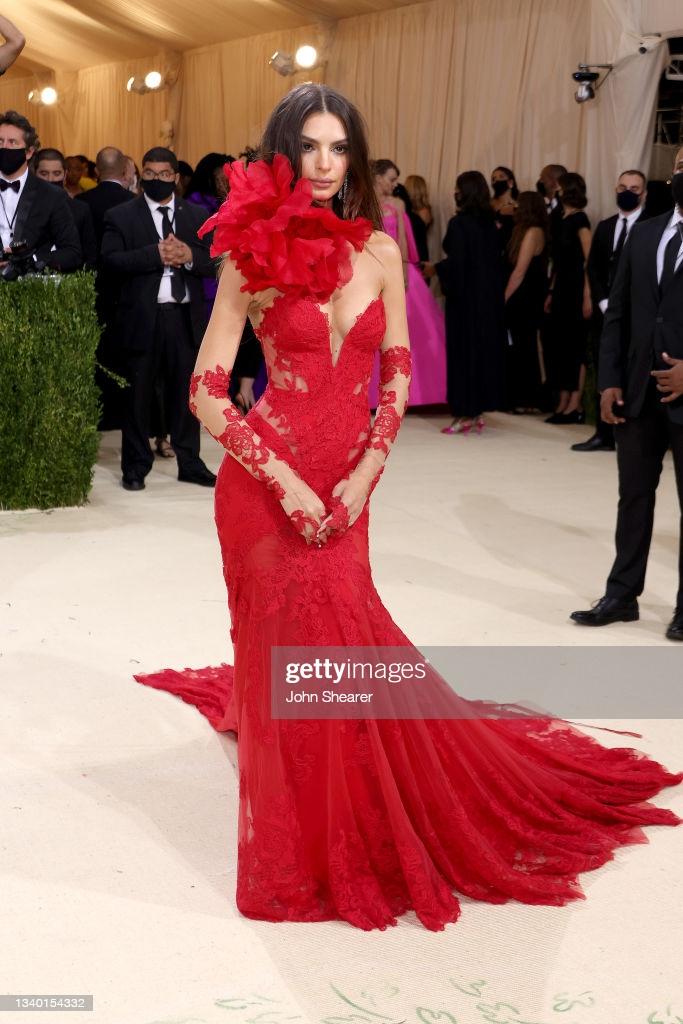 Diễn viên Emily Ratajkowski xuất hiện quyến rũ trong chiếc đầm ren đỏ