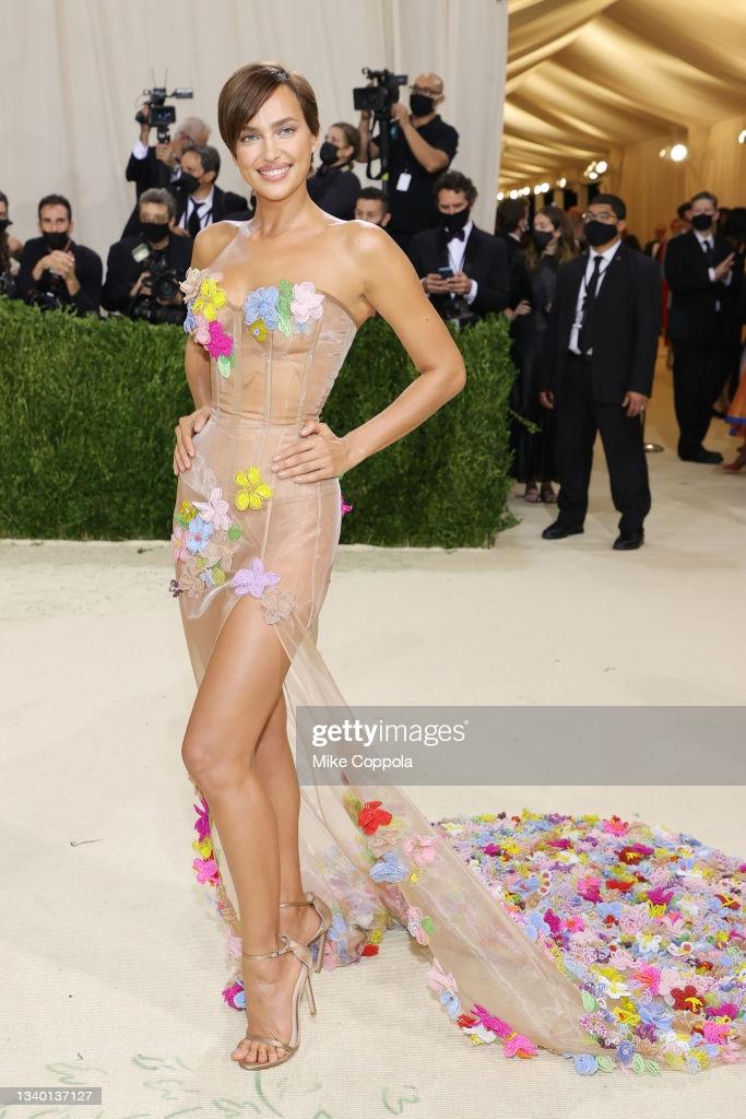 Người mẫu Irina Shayk gợi cảm trong bộ váy của Moschino