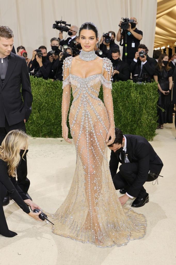 Kendall Jenner khoe vóc dáng nữ thần trong bộ váy xuyên thấu, đính đá tỉ mỉ của nhà mốt Givenchy