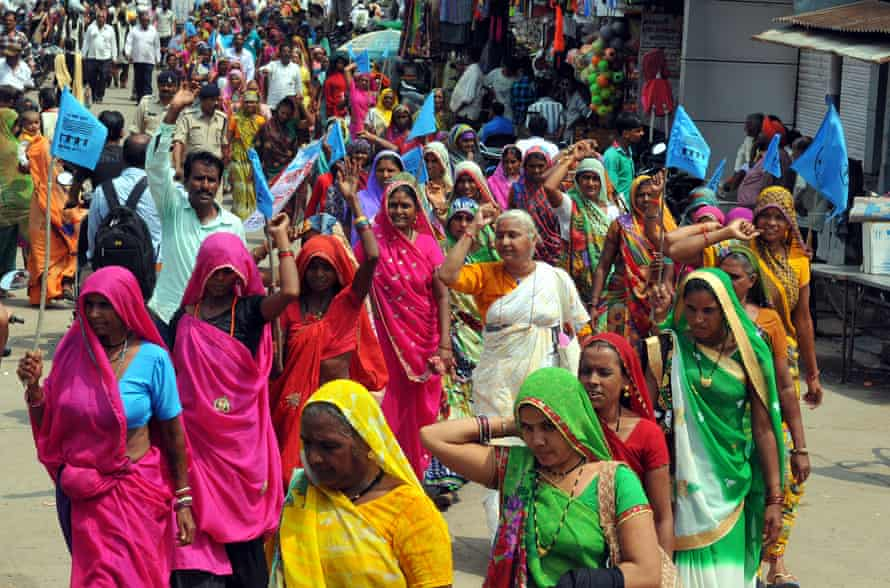 Medha Patkar, một nhà hoạt động xã hội hàng đầu (giữa), biểu tình với những phụ nữ khác tại một cuộc biểu tình chống rượu vào năm 2016 ở Barwani, Madhya Pradesh