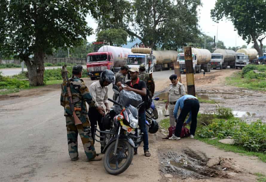 Cảnh sát đặc nhiệm tại một trạm kiểm soát trên biên giới liên bang Bihar-Jharkhand để tìm kiếm rượu vào Bihar