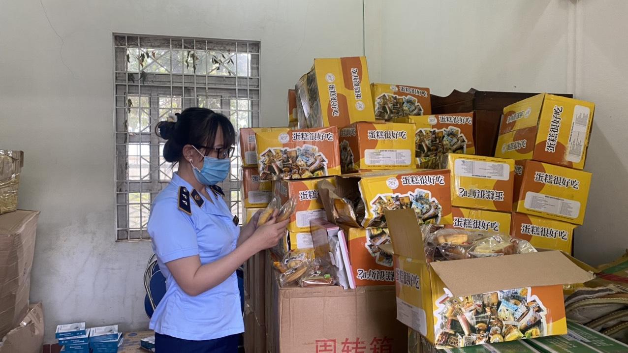 QLTT Gia Lai thu giữ 6.000 chiếc bánh trung thu không rõ nguồn gốc, xuất xứ đang được chứa tại kho hàng sỉ, phân phối qua facebook. Ảnh: Tổng cục QLTT