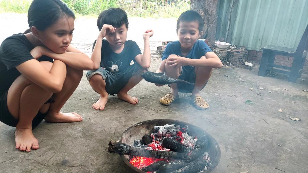 Ánh Linh, Minh Trí và Minh Bảo (em của chị Ánh Nguyệt) nướng khoai ăn sau buổi học online