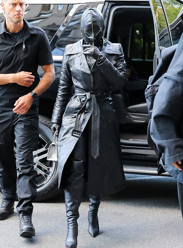 Kim Kardashian mặc che mặt cách đây 1 ngày.