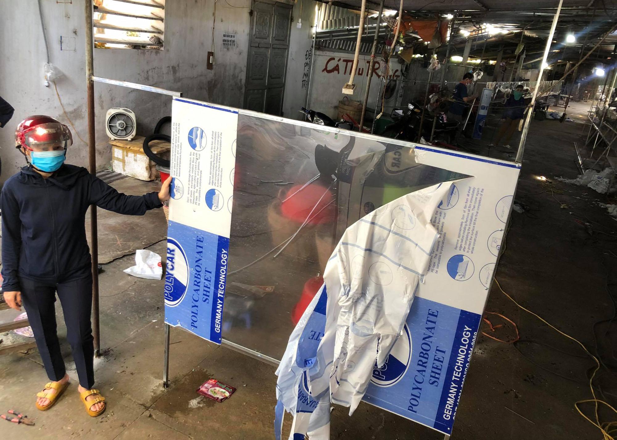 Trước tình thế đó, nhiều ngày qua, tiểu thương các khu chợ đều tranh thủ mua dụng cụ về lắp đặt vách ngăn, kính chống giọt bắn… vệ sinh khu vực để chợ sớm được hoạt động.