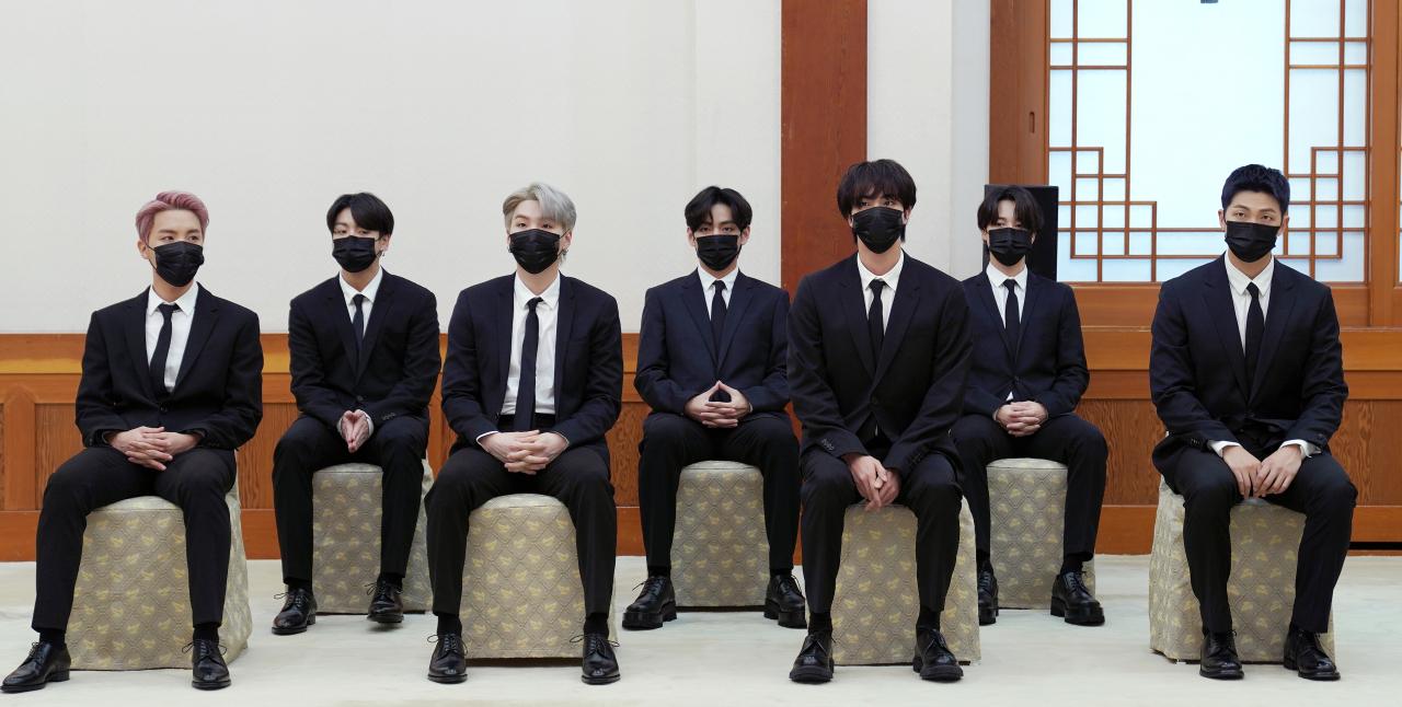 7 chàng trai của BTS trong buổi gặp gỡ với tổng thống