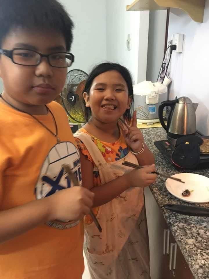 7-8 tuổi hai anh em đã thích vào bếp nấu ăn