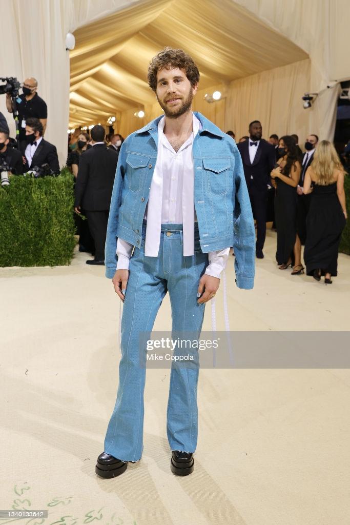 Diễn viên Ben Platt mặc trang phục khá điệu với quần jeans ống loe, áo sơ mi có
