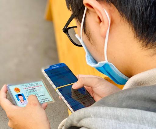 Người dân thực hiện khai báo y tế điện tử trên ứng dụng điện thoại di động hoặc truy cập địa chỉ https://khaibaoyte.tphcm.gov.vn/ trước khi ra đường.