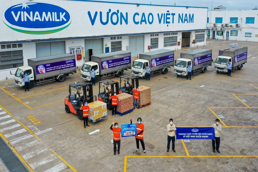 Mặc dù gặp khó khăn trong bối cảnh siết chặt quy định giãn cách, Vinamilk vẫn cố gắng thực hiện liên tục các hoạt động hỗ trợ sản phẩm cho tuyến đầu, cộng đồng - Ảnh: Vinamilk