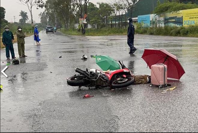 Công an đang phối hợp điều tra, làm rõ nguyên nhân khiến 2 người đi xe máy tử vong trên đường.