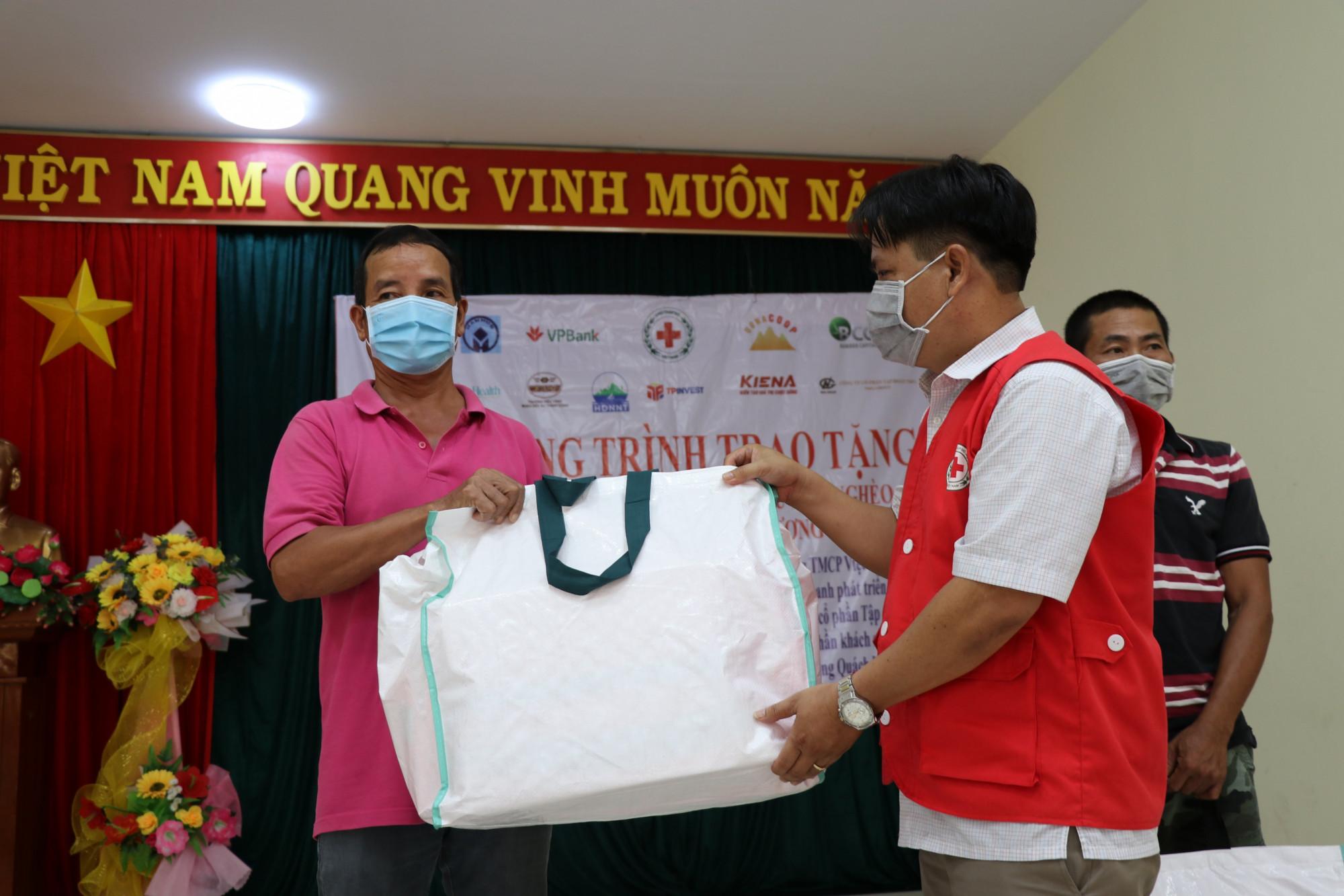 áo phao cứu sinh đa năng hỗ trợ ngư dân nghèo, người dân có hoàn cảnh khó khăn trên địa bàn huyện Tuy An, TX Sông Cầu và TPTuy Hòa.