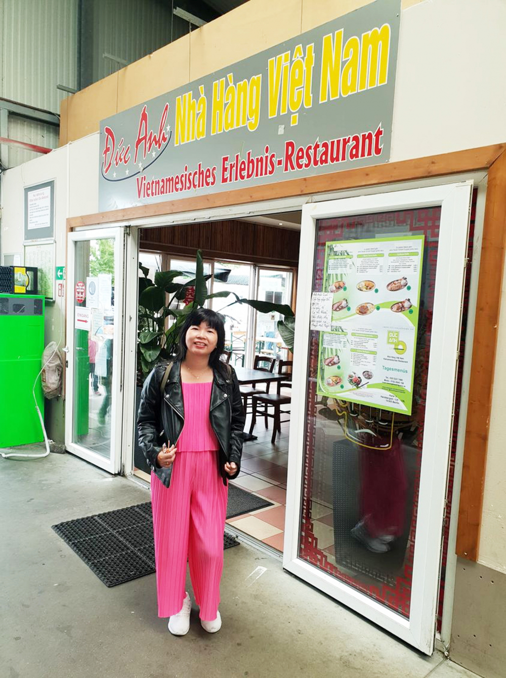 Tác giả tại một nhà hàng Việt Nam ở chợ Đồng Xuân (Berlin, Đức)