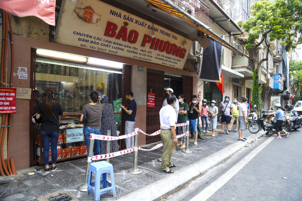 Do ảnh hưởng của dịch bệnh COVID-19, năm nay, nhiều cửa hàng bánh Trung thu rơi vào cảnh ế ẩm, thậm chí phải đóng cửa. Tuy nhiên, trên phố Thụy Khuê (Tây Hồ, Hà Nội), tiệm bánh Trung thu Bảo Phương nổi tiếng vẫn tấp nập khách đến xếp hàng mua bánh.