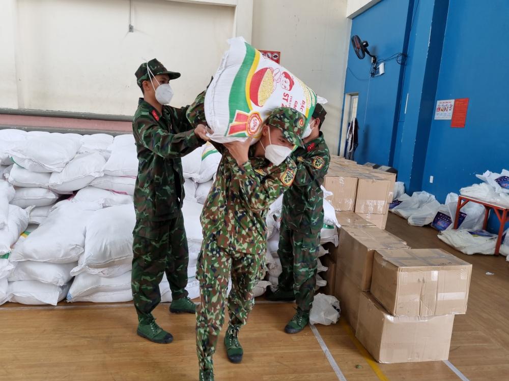 Bộ đội hỗ trợ địa phương phân phát quà đến tay người dân.