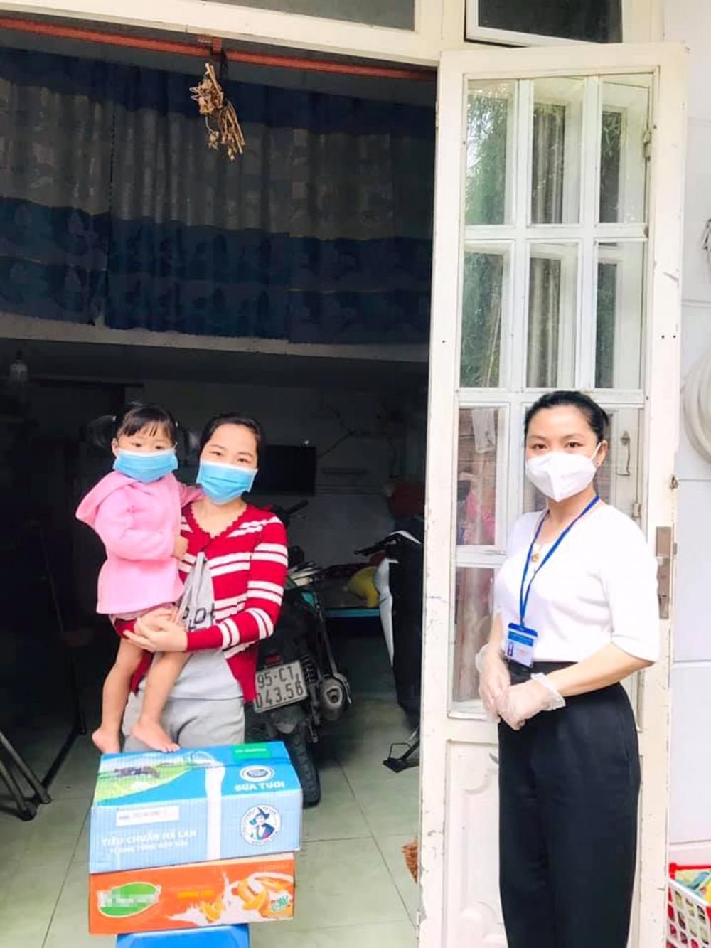 Hội Phụ nữ H.Hóc Môn tặng sữa cho trẻ em