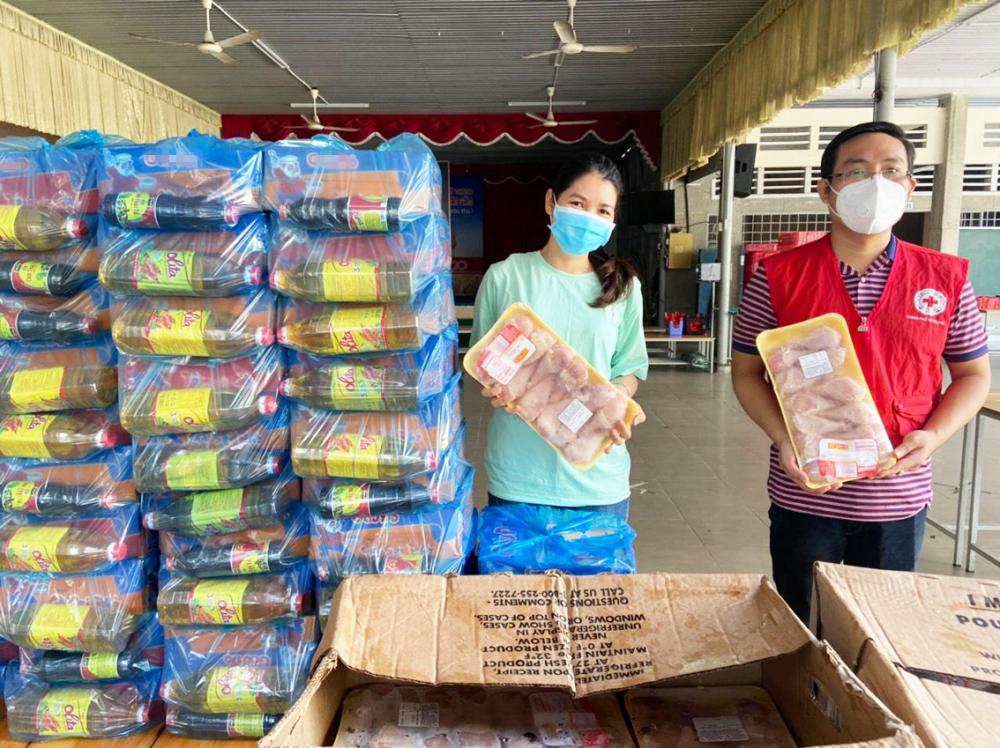 Chị Trần Thị Thúy Nga (trái) cùng đại diện đoàn thể địa phương chuẩn bị quà đi thăm người nghèo