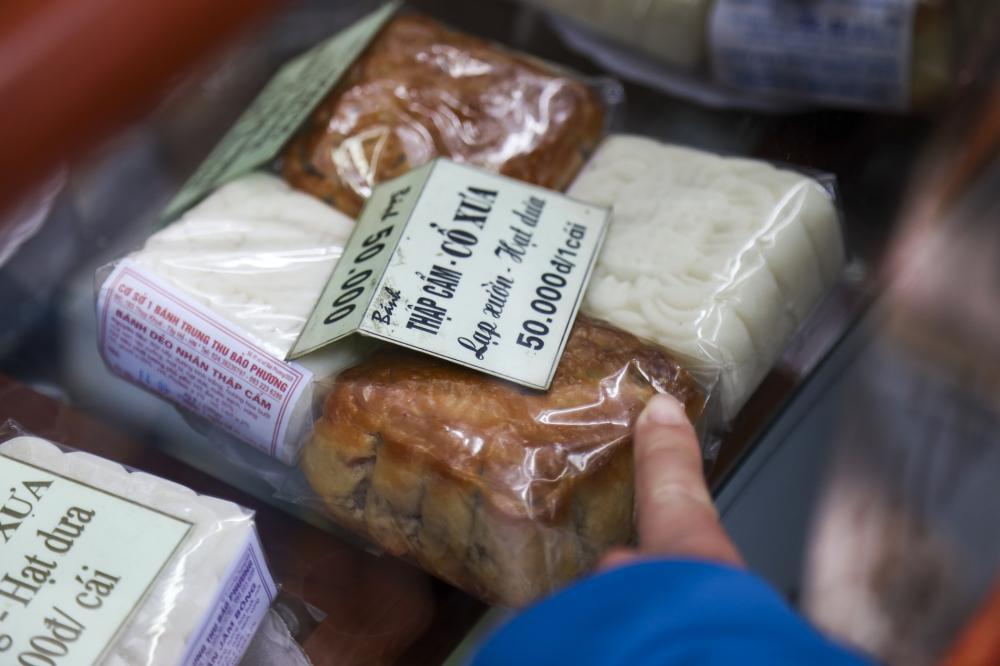 Được biết, do tình hình dịch bệnh và nhu cầu mua bánh của người dân không được như mọi năm  nên năm nay cửa hàng cũng chỉ sản xuất bánh truyền thống để dễ tiêu thụ. Tiệm vẫn giữ nguyên mức giá cũ từ 40.000-80.000 đồng/chiếc cho cả bánh dẻo và bánh nướng.