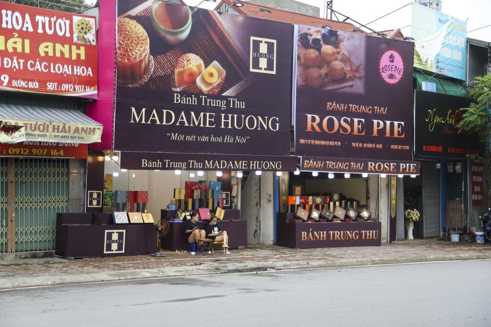 Trong khi đó, các gian hàng bánh Trung thu khác tại Hà Nội  lại rơi vào cảnh đìu hiu, ế ẩm, cả ngày lác đác vài khách mua mặc dù tết Trung thu đã cận kề.