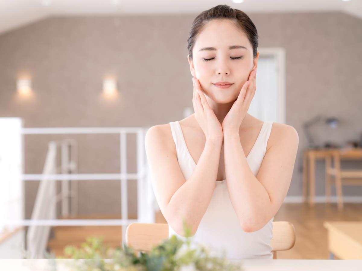 Kiểm soát chất nhờn trên da: Các loại dầu tự nhiên rất cần thiết cho sức khỏe làn da vì chúng khóa ẩm và hoạt động như một hàng rào bảo vệ chống lại các tác động bên ngoài. Nhưng việc sở hữu một khuôn mặt bóng nhờn không hấp dẫn lắm, và chúng ta thường dùng nước hoa hồng hay sữa rửa mặt để hạn chế tình trạng này. Nước vo gào/ủ gạo được chứng minh có khả năng cân bằng da nhờn an toàn, vì nó giúp loại bỏ dầu thừa và không làm khô da của bạn.