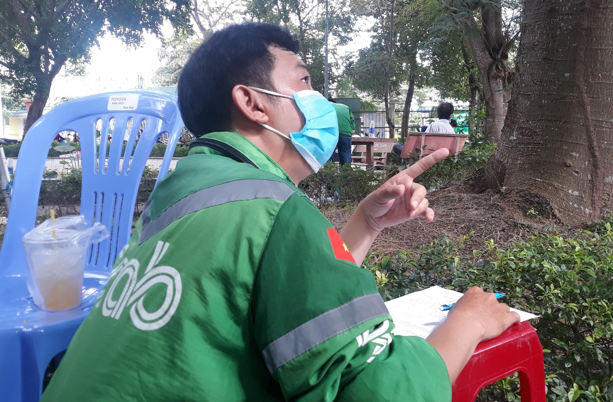Người chạy xe công nghệ, shipper trên địa bàn Cần Thơ thực hiện các thủ tục đăng ký tiêm vắc xin ngừa COVID-19