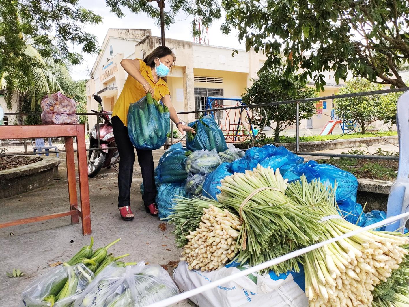 """Chị Nguyễn Thị Việt Hà (Bến Tre) bôn ba hằng ngày tìm cách """"giải cứu"""" nông sản giúp bà con nông dân"""