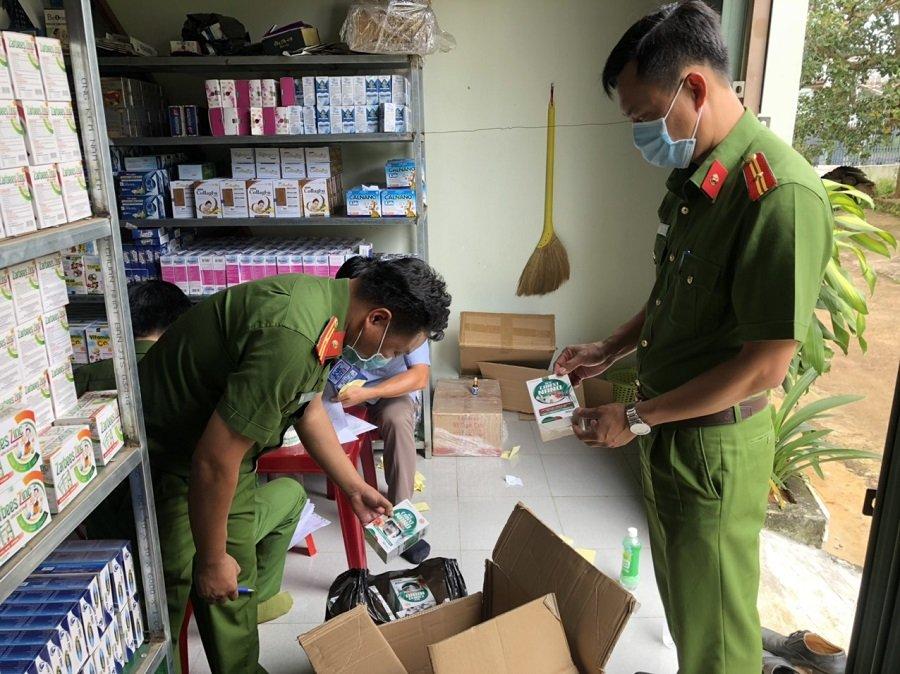 Cơ quan chức năng kiểm tra tại kho hàng của công ty Nhân Đức Phamar
