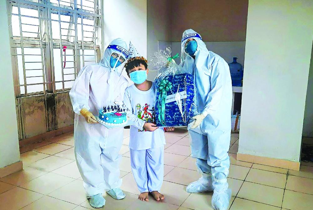 Bé trai chín tuổi điề u trị ở Bệnh viện Dã chiến số 4 được các bác sĩ tổ chức sinh nhật. Mẹ em mất do COVID-19, cha phải vào bệnh viện chăm bà nội đang nguy kịch cũng vì COVID-19 - Ảnh: Bệnh viện Nhi đồng Thành phố