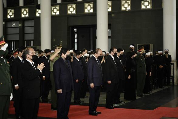 Chủ tịch nước Nguyễn Xuân Phúc, Thủ tướng Chính phủ Phạm Minh Chính, Chủ tịch Quốc hội Vương Đình Huệ cùng lãnh đạo, nguyên lãnh đạo Đảng, Nhà nước đến dự lễ viếng