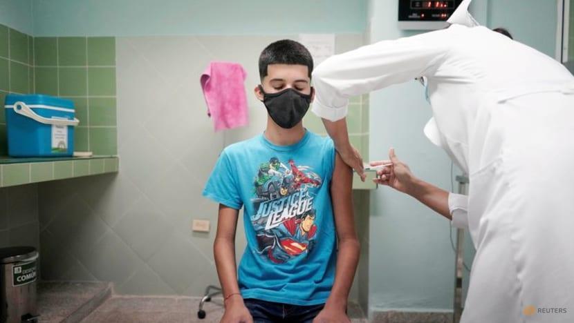 Cậu bé 14 tuổi được tiêm văc xin COVID-19 tại Cuba.