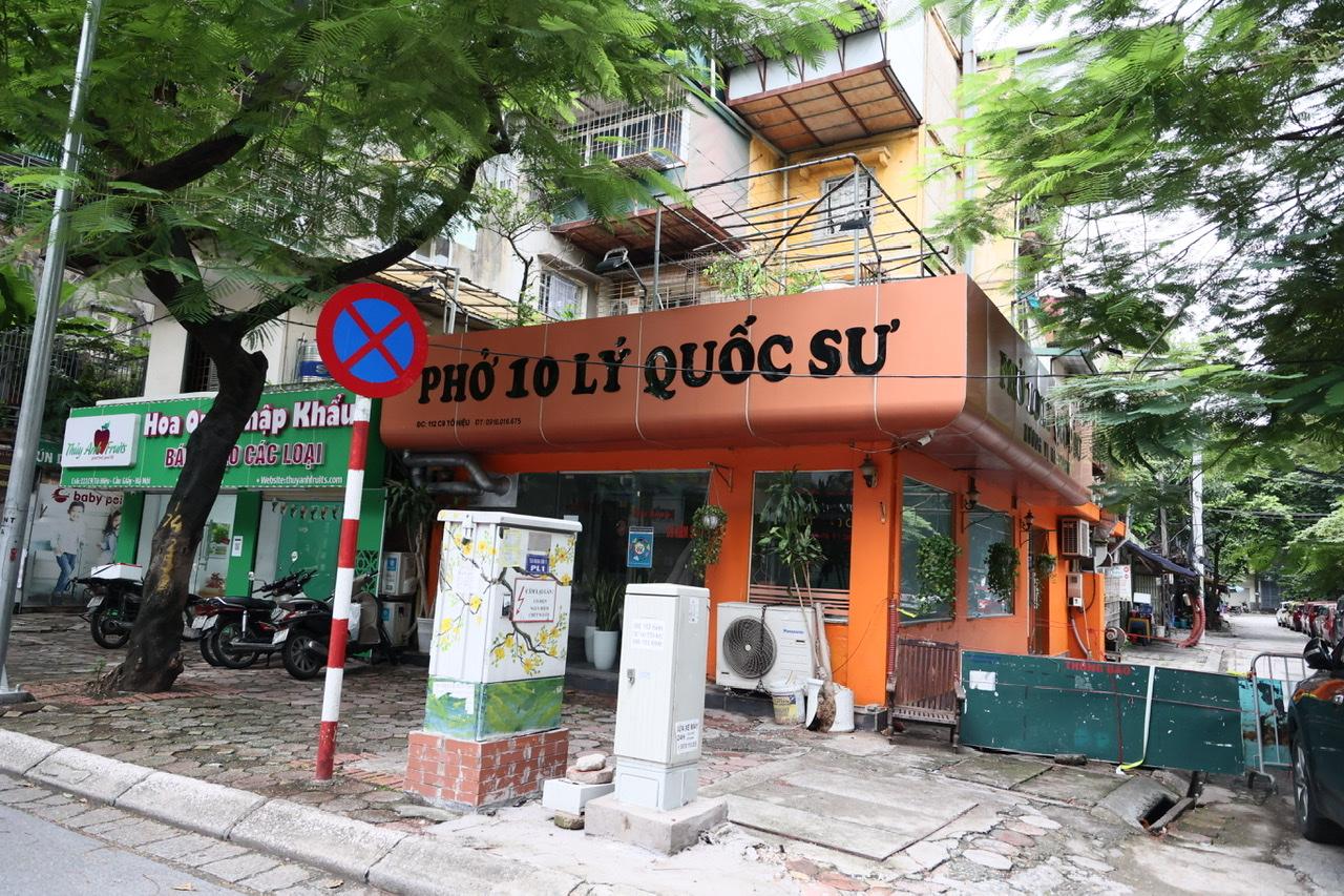 Một số chuỗi cửa hàng ăn nổi tiếng của Hà Nội như phở Thìn, phở Lý Quốc Sư, phở gà Phố Cổ vẫn chưa được mở bán do đang nằm trong... vùng đỏ.