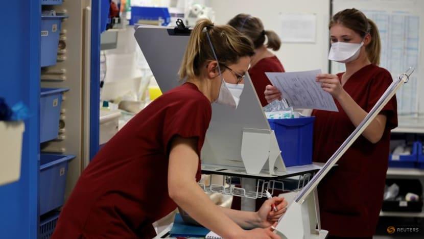 Nhân viên y tế làm việc trong Đơn vị chăm sóc đặc biệt (ICU) tại bệnh viện Cambrai, Pháp