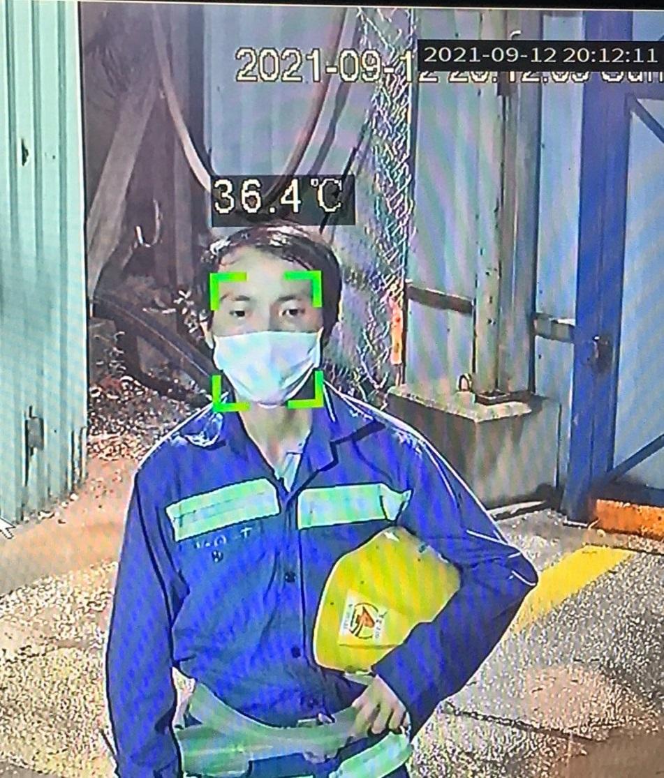 Công nhân được đo nhiệt độ tại công trường bằng máy điện tử