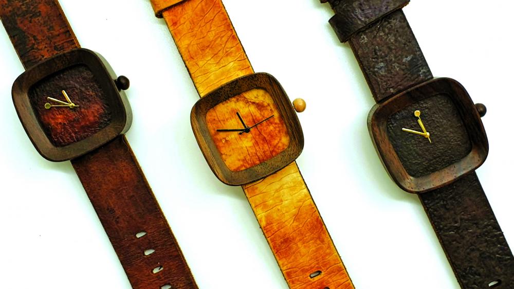 Đồng hồ với phần dây da từ chất thải tái chế