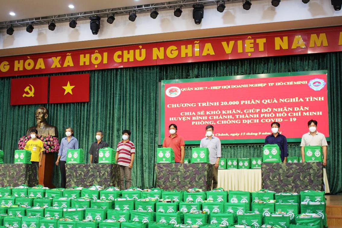 """Đại diện các hộ dân khó khăn ở H.Bình Chánh nhận quà của """"Chương trình 20.000 phần quà nghĩa tình"""""""