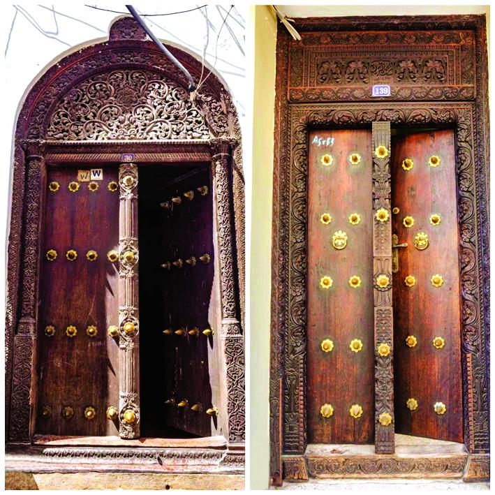 Mỗi cánh cửa nhà ở thị trấn đá đều là những bức tranh chạm trổ tinh xảo