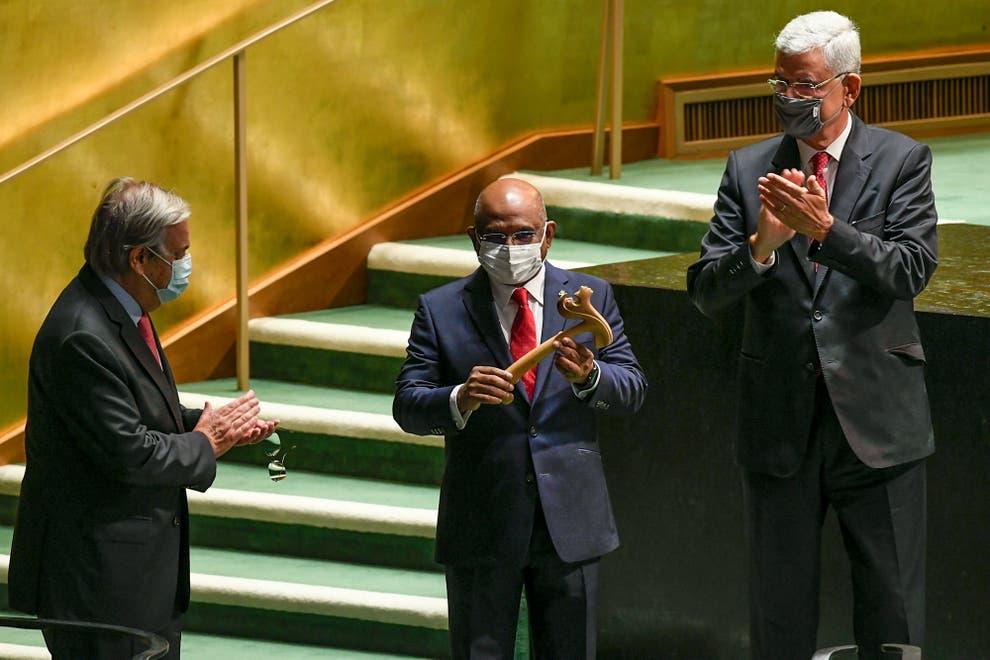 Tổng thư ký Liên hợp quốc António Guterres (trái) và Volkan Bozkir (Thổ Nhĩ Kỳ, phải) chủ tịch khóa họp thứ 75 của Đại hội đồng LHQ, hoan nghênh ông Abdulla Shahid (Maldives, giữa) trở thành tân chủ tịch khóa họp thứ 76 của UNGA tại trụ sở LHQ - Ảnh: AP/ United Nations