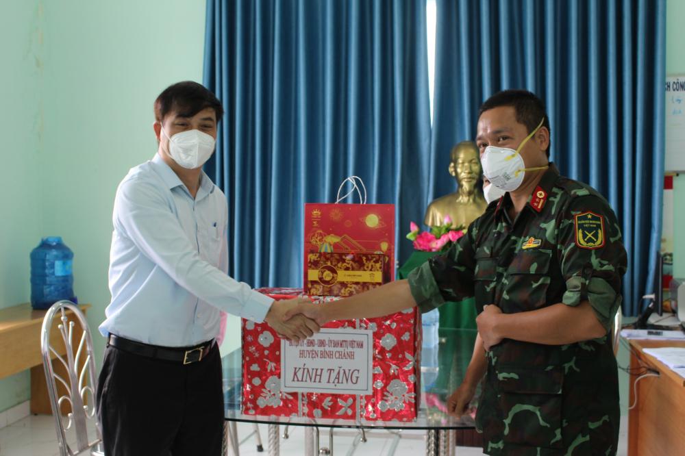 Phó Chủ tịch UBND Thành phố Lê Hòa Bình thăm hỏi, động viên, tặng quà cán bộ, chiến sĩ quân y và lực lượng phòng, chống dịch đang làm nhiệm vụ tại Trạm Y tế lưu động số 14, khu phố 3, thị trấn Tân Túc, H.Bình Chánh