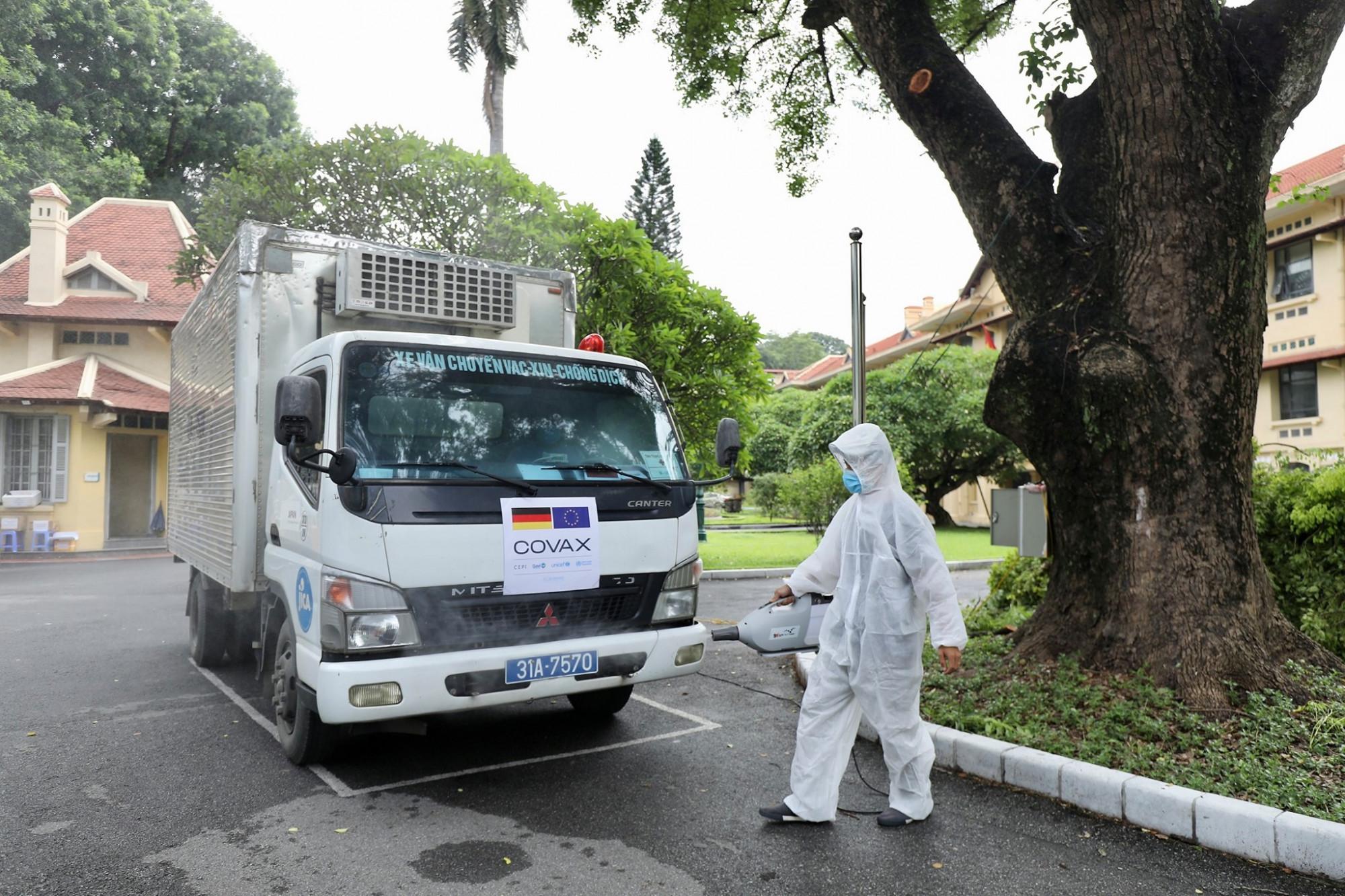 852.480 liều vắc xin AstraZeneca phòng COVID-19 do Chính phủ Đức đóng góp đã về đến Hà Nội và được chuyển đến kho của Viện Vệ sinh dịch tễ Trung Ương.