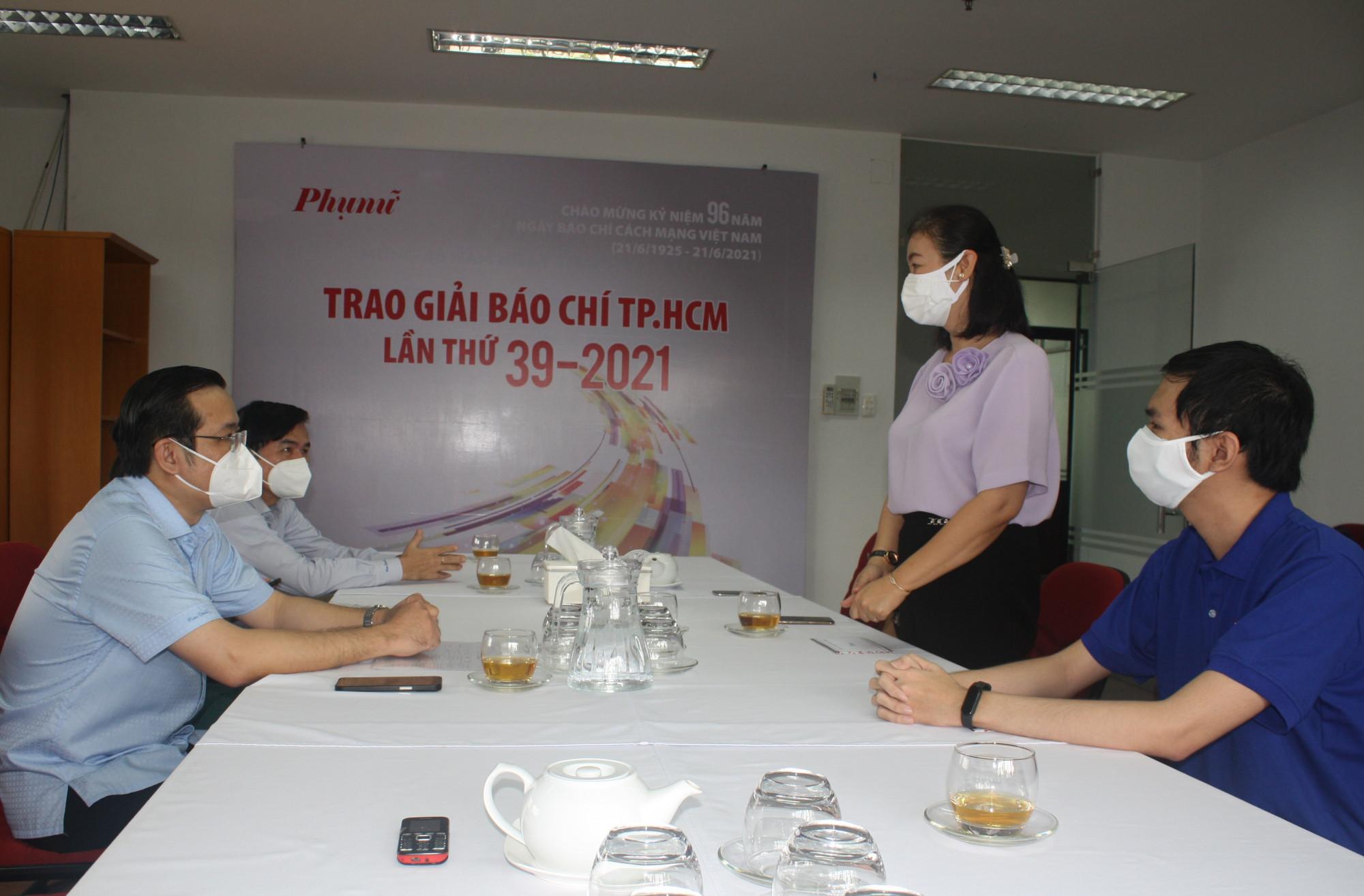 Bà Lý Việt Trung - Tổng biên tập Báo Phụ Nữ TPHCM - bày tỏ niềm xúc động, biết ơn. Ảnh: Quốc Ngọc