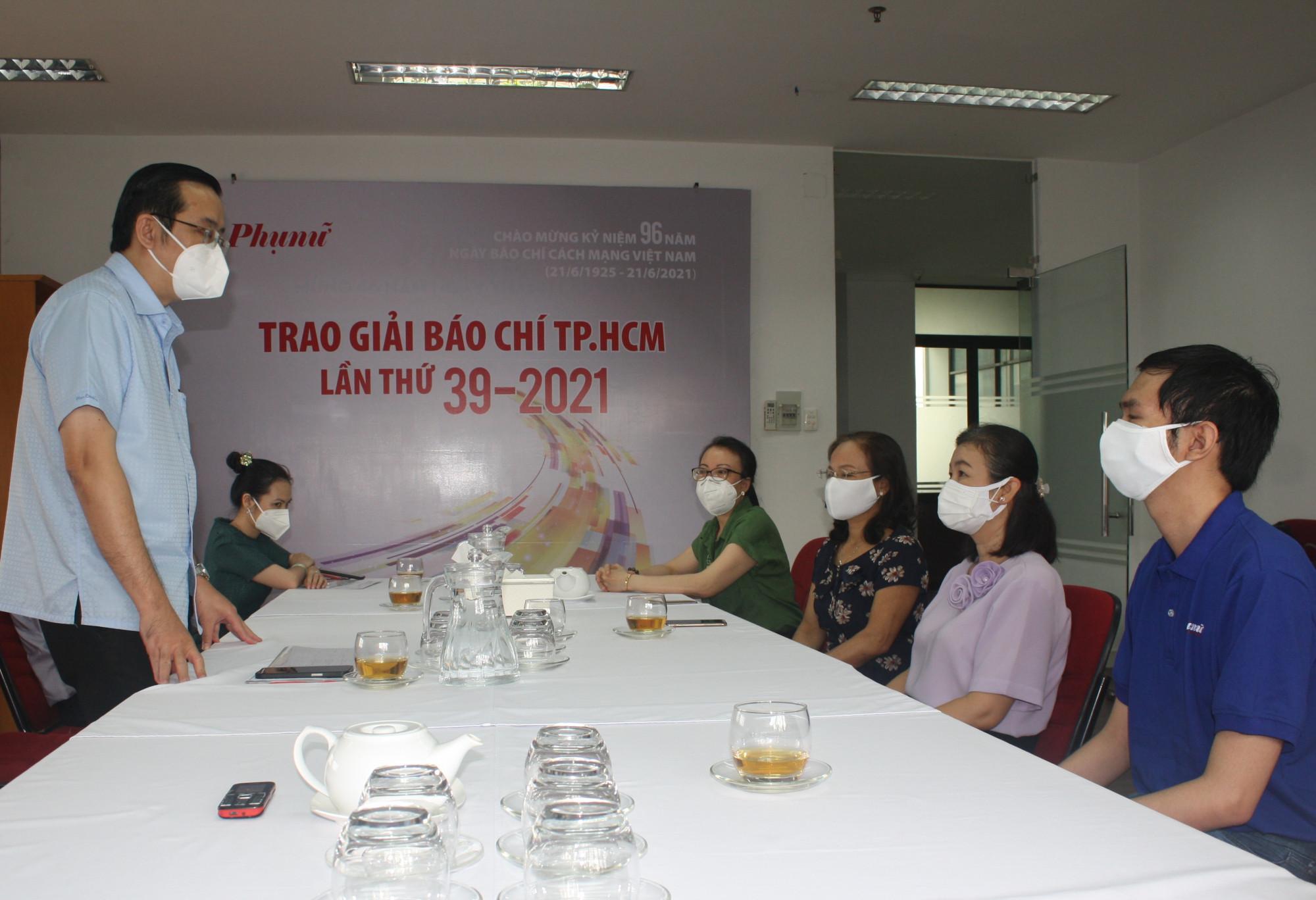 Ông Lê Văn Minh - Phó trưởng Ban Tuyên giáo Thành ủy TPHCM - dẫn đầu đoàn công tác Thành ủy đến thăm hỏi, trao qùa động viên Báo Phụ Nữ TPHCM. Ảnh: Quốc Ngọc