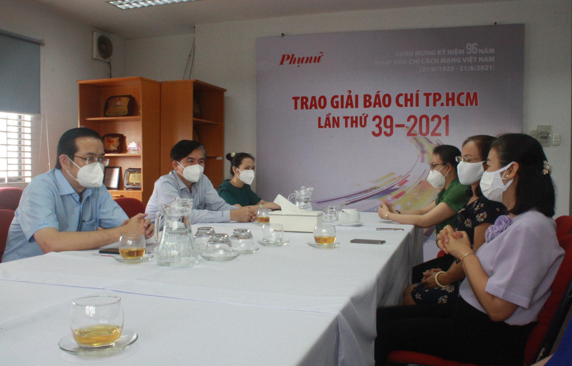Ban Tuyên giáo Thành ủy TPHCM thăm hỏi, trao qùa động viên phóng viên Báo Phụ Nữ TPHCM bị nhiễm COVID-19. Ảnh: Quốc Ngọc