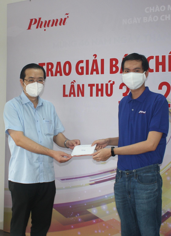 Ông Lê Văn Minh - Phó trưởng Ban Tuyên giáo Thành ủy TPHCM - trực tiếp trao phần quà động viên tinh thần cho phóng viên Bảo Tùng là F0 đã khỏi bệnh và qua 14 ngày cách ly. Ảnh: Quốc Ngọc