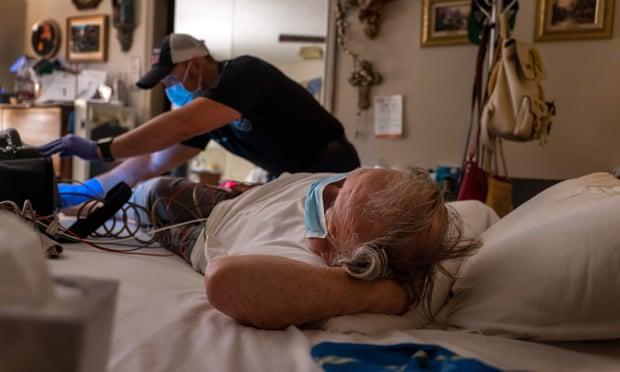 Một người đàn ông 83 tuổi chưa được tiêm chủng nhiễm COVID-19 đã được kiểm tra trước khi ông được đưa đến bệnh viện Houston - Ảnh: Getty Images
